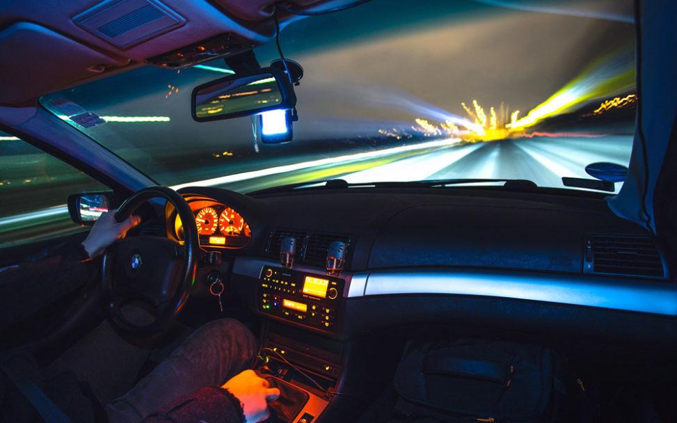 Autofahrt bei Nacht (Bild: Pixabay)